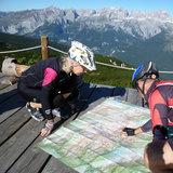 Kartenstudium am Rifugio La Roda vor Brenta- Kulisse - ©Armin Herb