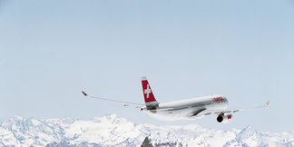 Ski airlines: Avoid the fees when flying with skis - ©SWISS
