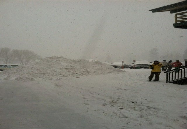 so much snow up here and there is not a lot of people. Come up tomorrow, if its sunny, and you'll have a blast!
