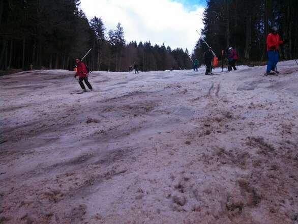 Unten is a grauß (Vormittags Eisig, Nachmittag Sulz),  oberhalb vom KEx /Kreuzwankl is griffig, aber ned hart. Neuschneeauflage von 5cm die zum Tal in Regen übergegangen is.