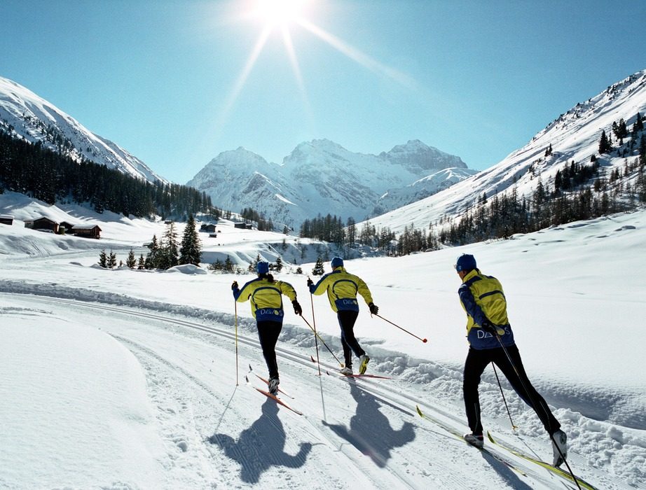 DAVOS - Langlaeufer im Dischmatal. In Davos stehen Ihnen fuer Klassisch und Skating 75 km Langlaufloipe zur Verfuegung.  Cross-country skiers in the Dischma Valley. In Davos, there are over 75 km of cross-country tracks at your disposal for classical and skating.   Copyright by Davos Tourismus