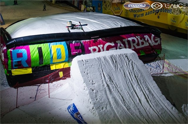 Big airbag on the slopes of Dutch indoor centre SnowWorld Landgraaf - ©SnowWorld