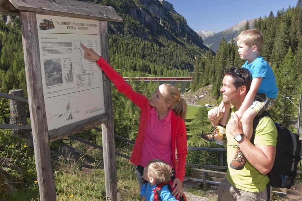 Family on the Albula hiking trail in Graubuenden - ©Graubünden Ferien/Rhätische Bahn
