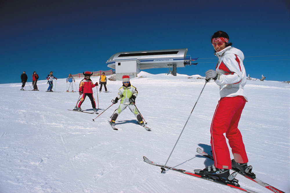 A ski instructor and his pupils in Tauplitz.