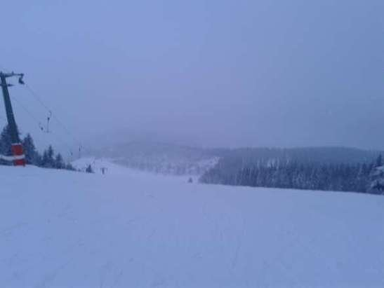 weicher Schnee, nicht nass oder schwer, zum Teil tiefer Schnee auf der Piste weil es immer noch schneit. Wetter mittelmäßig - kalt und Schneefall, aber auf keinen Fall so, dass es einen wirklich am fahren hindert :)