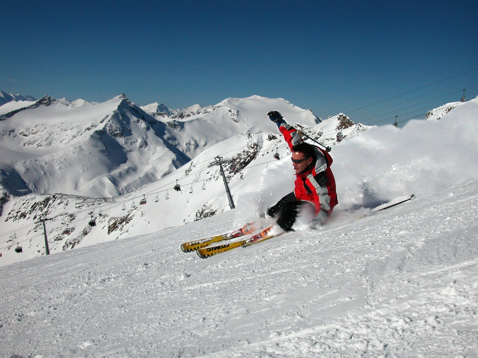 A skier carving through a slope at Flattach Mölltaler AUT
