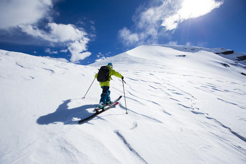 Stian Hagen läuft gen Gipfel (Nevados De Chillan, Chile) - ©www.adamclarkphoto.com