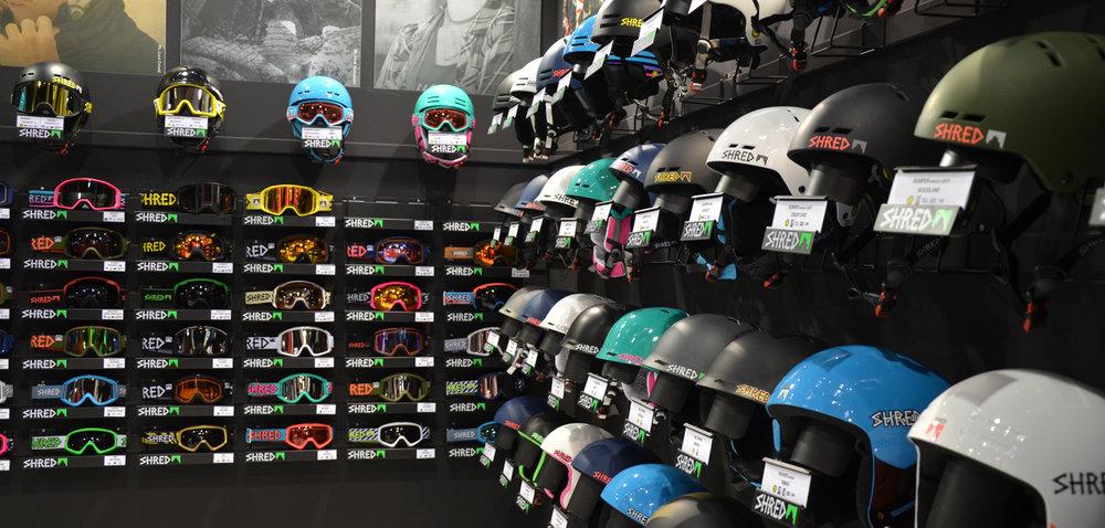 Shreds Goggle en helmen. - ©Skiinfo