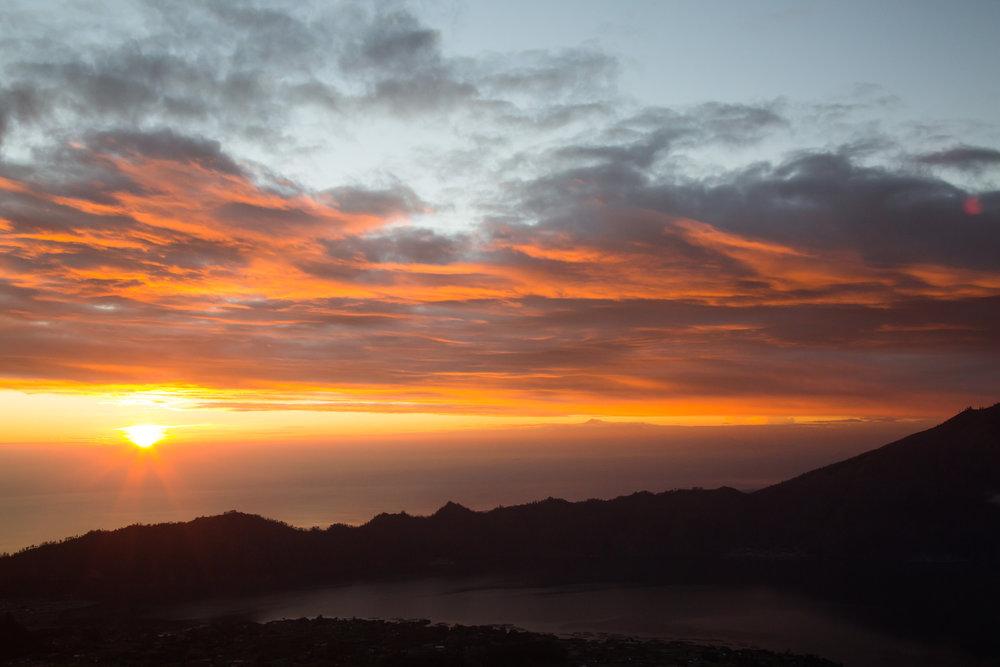Langsam schiebt sich die Sonne über den Horizont - ©Sebastian Lindemeyer
