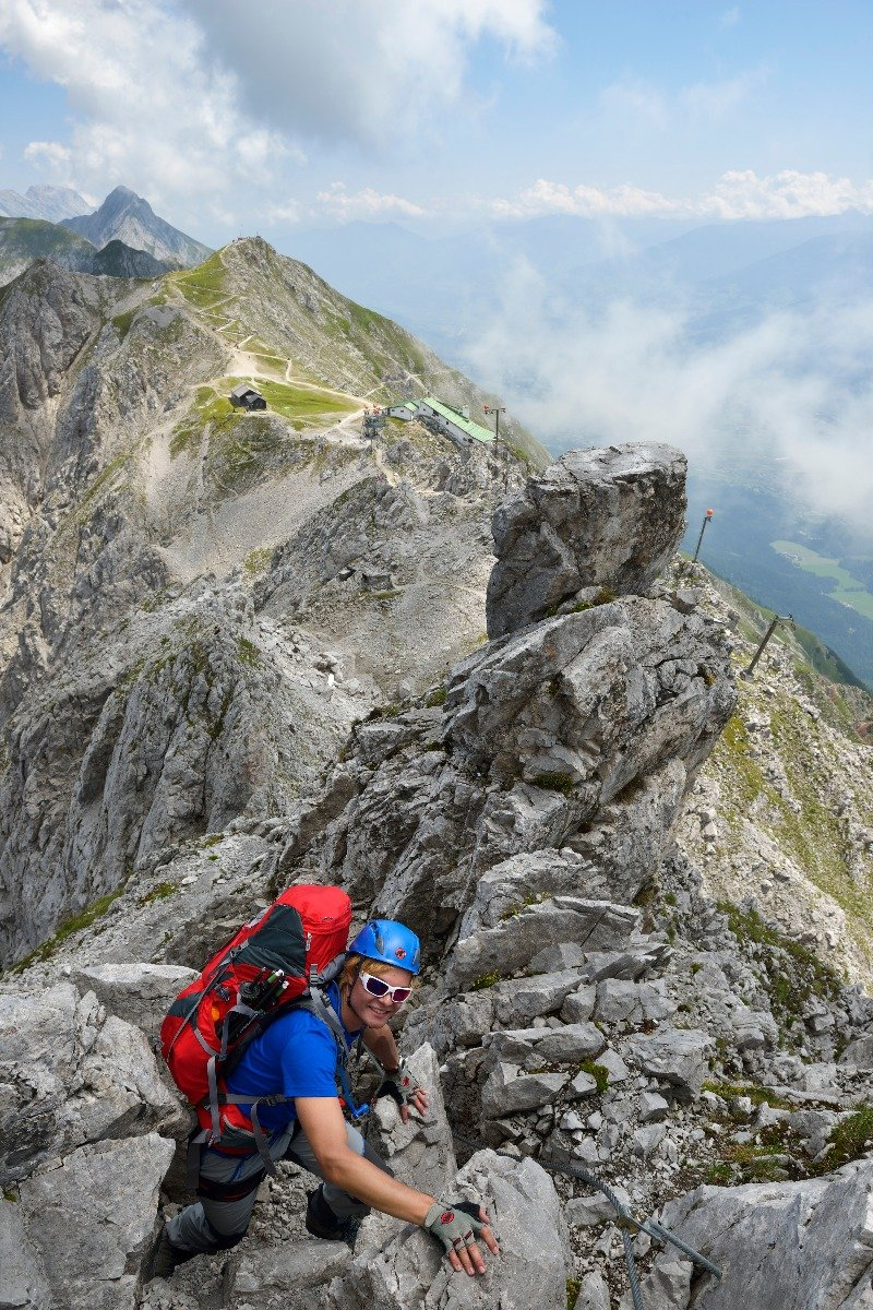 Mit Blick über zerrüttete Felslandschaften geht es immerzu bergauf - ©Norbert Eisele-Hein