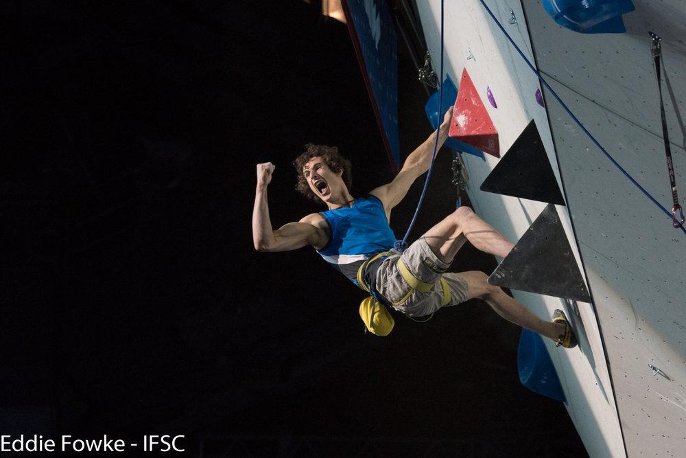Top, Sieg, Gold: Adam Ondra siegte bei der WM im Seilklettern - ©IFSC / Eddie Fowke