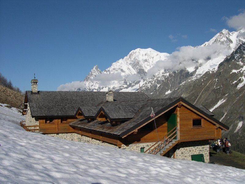 The Rifugio Alpino Walter Bonatti in Courmayeur, Italy.  rifugio_alpino_walter_bonatti_-_courmayeur_1