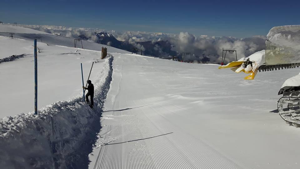 Preparing the pistes in Les 2 Alpes 18.10.16 - ©Pisteurs Secouristes Les 2 Alpes