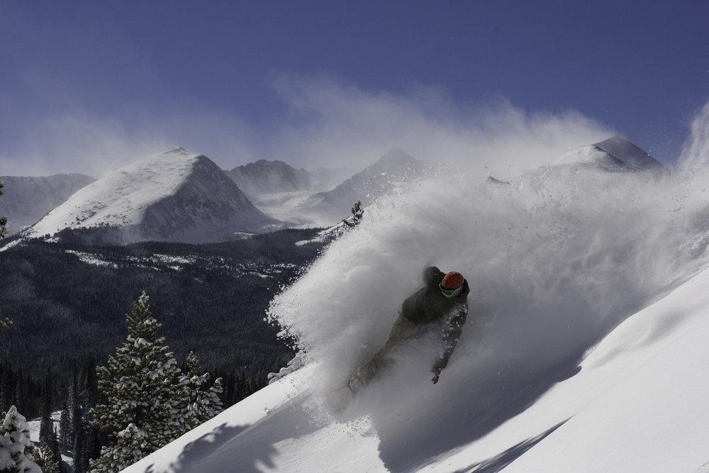 Una curva nella neve fresca a Vail, Colorado - ©Vail