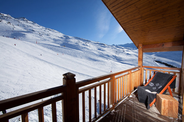Lézarder en terrasse, profiter de la douceur printanière sans pour autant délaisser les pistes de ski... C'est ça aussi le ski de printemps aux Ménuires - ©Kaya suite – S. Chapuis