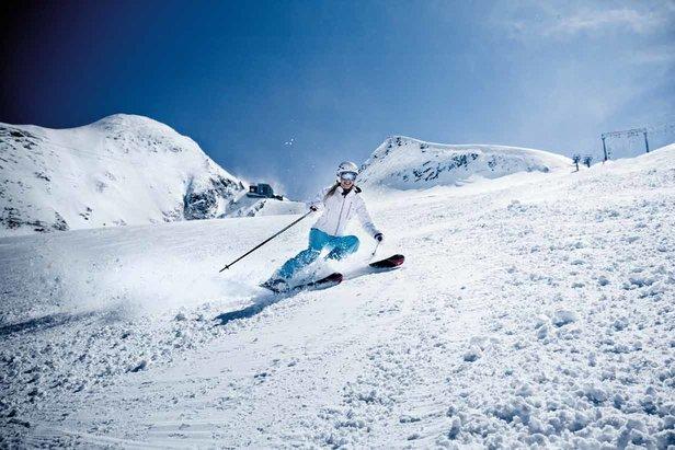 """Skifahren am Kitzsteinhorn - ©Schon im Herbst Skispaß am Gletscher • Fünf Freeride-Routen • Drei Snowparks • ICE CAMP mit quattro Lounge und Sonnendeck • Gipfelwelt 3000 mit zwei Panorama-Plattformen • Fun-Line und die schwarze, bis zu 63 % steile """"Black Mamba""""-Piste!"""