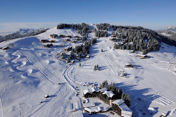 Manigod, son village et son domaine skiable - ©P. Lebeau / OT de Manigod