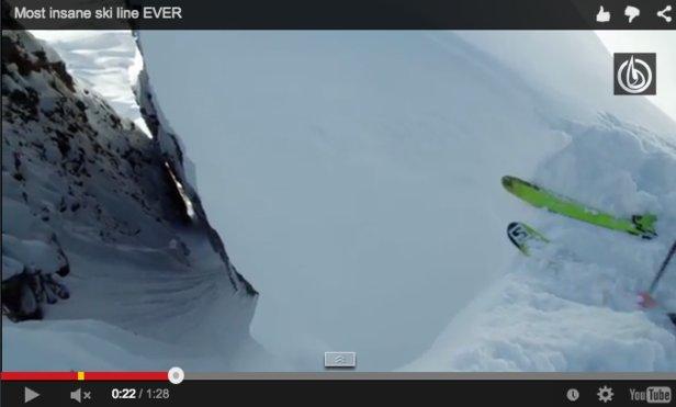 Il campione di freeride si lancia giù per il canalone con gli sci... - ©Red Bull Media House & MSP Films