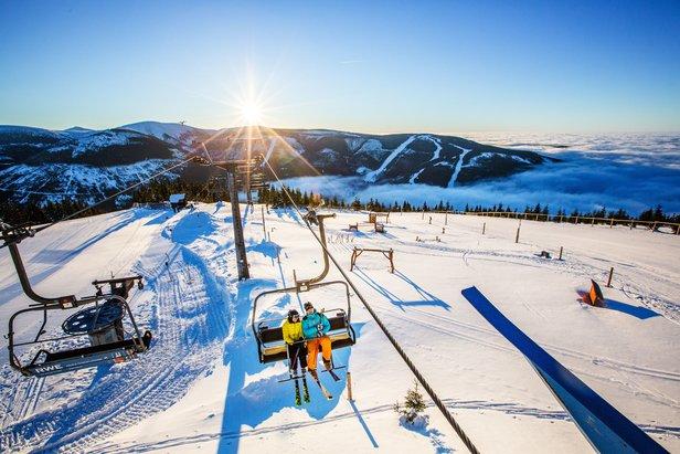 V Čechách se lyžuje! Další lyžařská střediska spouštějí vleky - ©TMR