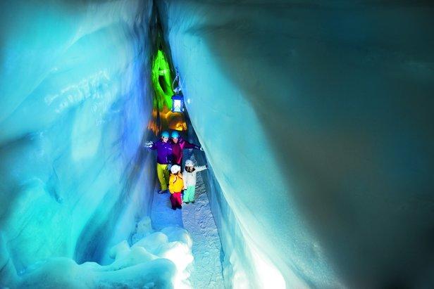 Unikatową atrakcją lodowca Hintertux jest naturalny, dostępny dla turystów Pałac Lodowy  - ©Zillertaler Gletscherbahnen