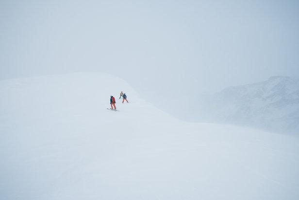 Resten av gruppen prøver å finne en vei ned til høyre. Om man trekker for langt nedover vil man ha stupet ned mot Blåbrean under seg om man faller. Vi holdt oss relativt nærme Surningssue før vi skar ned over skavlen. Dette går helt fint så lenge man tar seg tid til å vurdere situasjon og forhold.  - ©Tor Berge - Norexplore