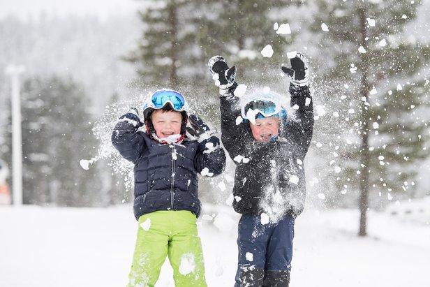 Magne Sanaker Lohne (t.v.) og Halvor Nordli jubler for sesongstart i Trysil fredag 11. november.  - ©Ola Matsson / Skistar