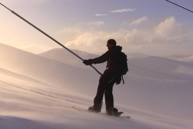 Snowboarder im Schlepplift