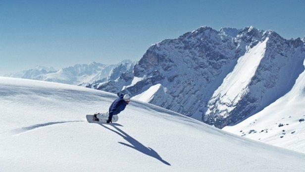 Extreme Schräglage, carved Frontside Turn auf der Zugspitze - ©stefandrexl.com