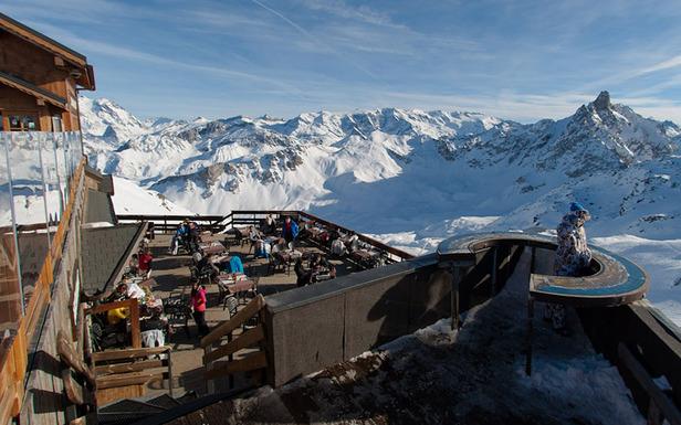 La terrasse organisée sur plusieurs niveaux  des Pierres Plates à Méribel - ©Vanessa Andrieux