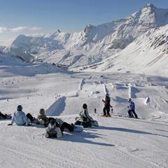 Surfeurs au snowpark du Grand Bornand - ©© Savoie Mont Blanc / Haase