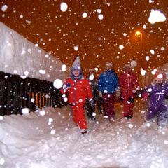 Kinder freuen sich über den Neuschnee in Roldal (NOR) - ©Røldal Skisenter