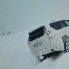 Met de auto door de sneeuw.