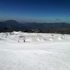 Après un gros travail de préparation, le snowpark des 2 Alpes est prêt ! - ©Service des pistes des 2 Alpes