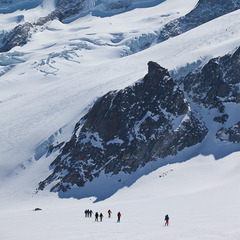 Skitourengeher auf dem Fieschergletscher vor dem Wannenhorn, Blick von der Finsteraarhornhütte, Wallis, Schweiz - ©Iris Kürschner/powerpress.ch