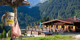 Bei Senn´s WunderWanderWeg in St. Anton am Arlberg erfahren selbst Einheimische immer wieder Neues über ihre regionalen Kräuter, Pflanzen und Tiere - ©TVB St. Anton am Arlberg / Sennhütte