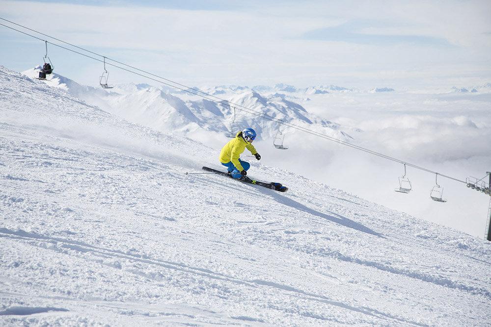 Aussi à l'aise sur pistes qu'en dehors, les skis all mountain vous permettent d'alterner les plaisirs... - © Atomic Austria GmbH / Mirja Geh