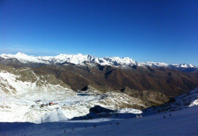 Del metro di neve sceso 10 giorni fa è rimasto ben poco, pista per sciatori esperti e con buone lamine ma perfetta come pre stagione!!!
