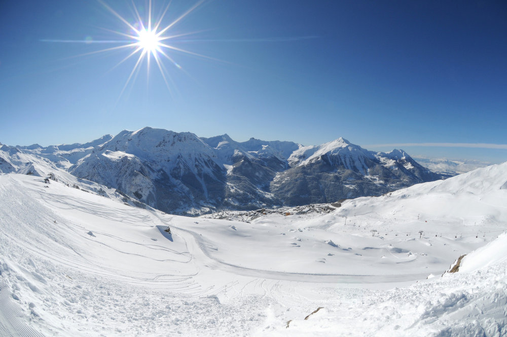 Vue sur la vallée du Champsaur et sur les sommets environnants depuis les pistes de ski d'Orcières - © Gilles BARON
