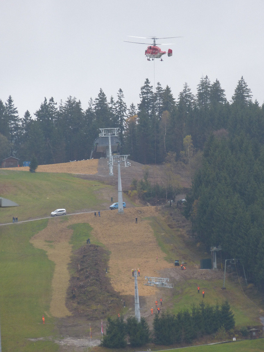 Helicopter delivery of parts for the new 6-person chairlift on the Kappe mountain in Winterberg - © Wintersport-Arena Sauerland