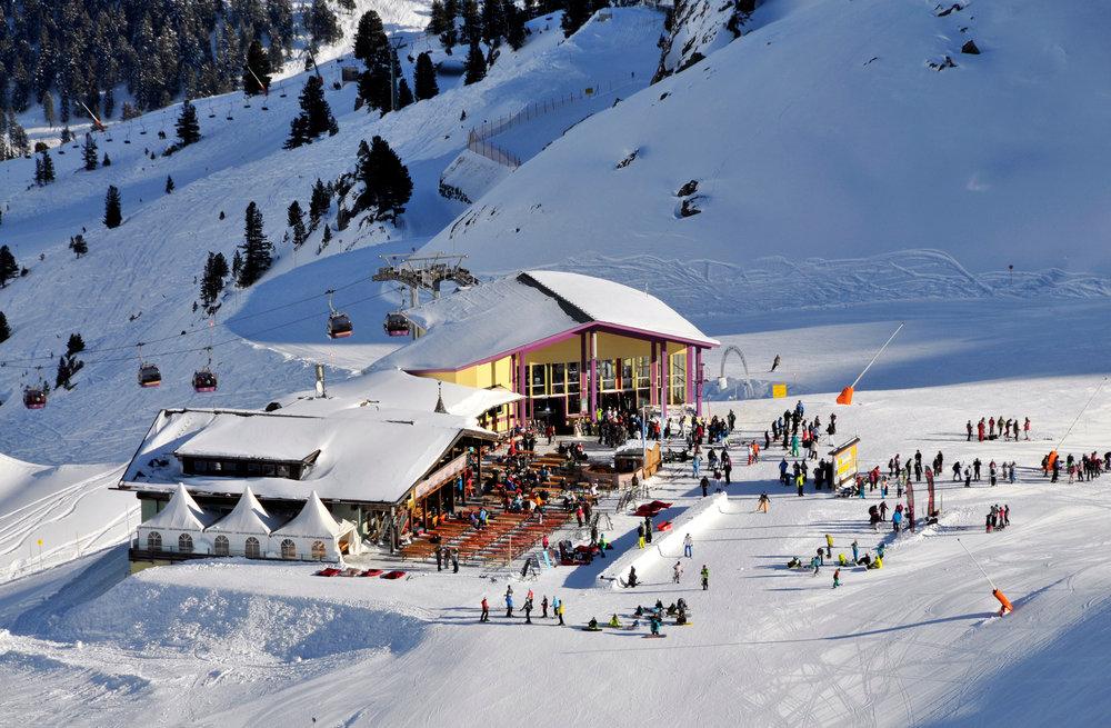 Ein Ausblick auf die wunderschöne Villa im Schnee - © Julia Kronthaler