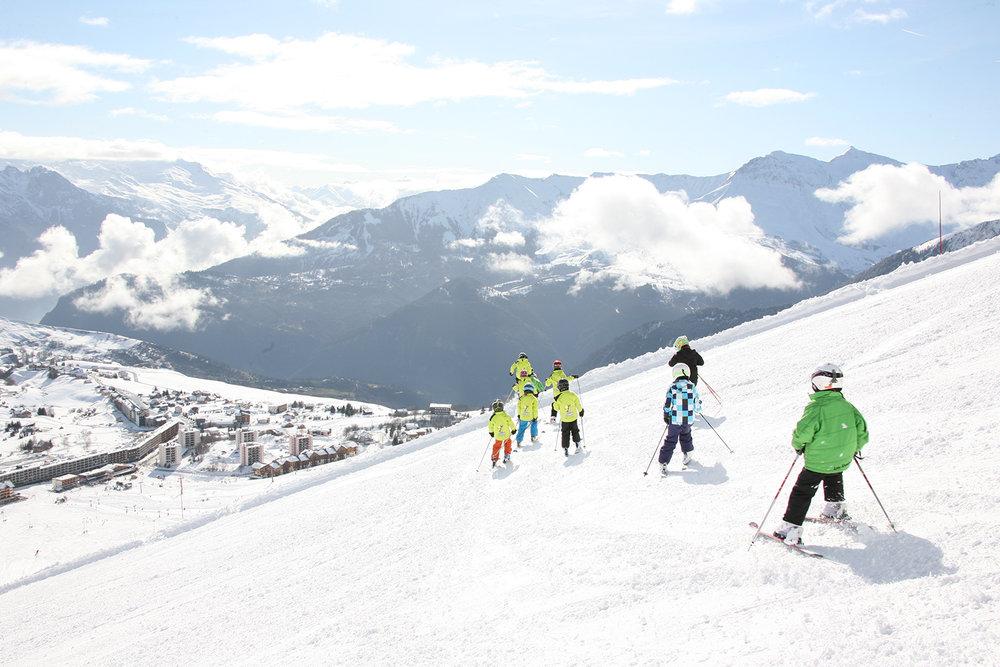 Ski en famille sur les pistes de la Toussuire - © OT La Toussuire / Clic-Clac photo