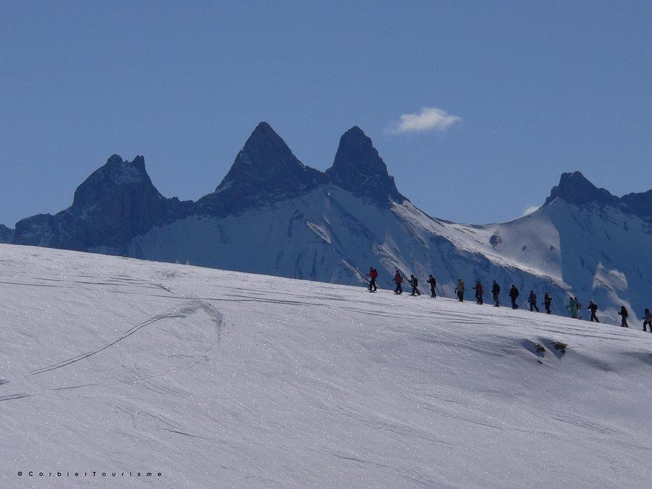 Evasion garantie lors d'une balade en raquettes sur les hauteurs du Corbier - © Corbier Tourisme