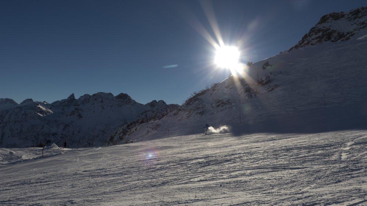 Sonnige erste Schwünge im Schnee - © DAS HÖCHSTE - Bergbahnen Oberstdorf/Kleinwalsertal, Fotograf: Jennifer Tautz