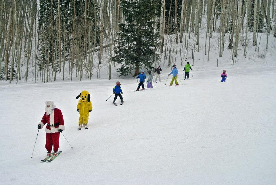 Sunny and Santa making turns with the kids! - ©Sunlight Mountain Resort