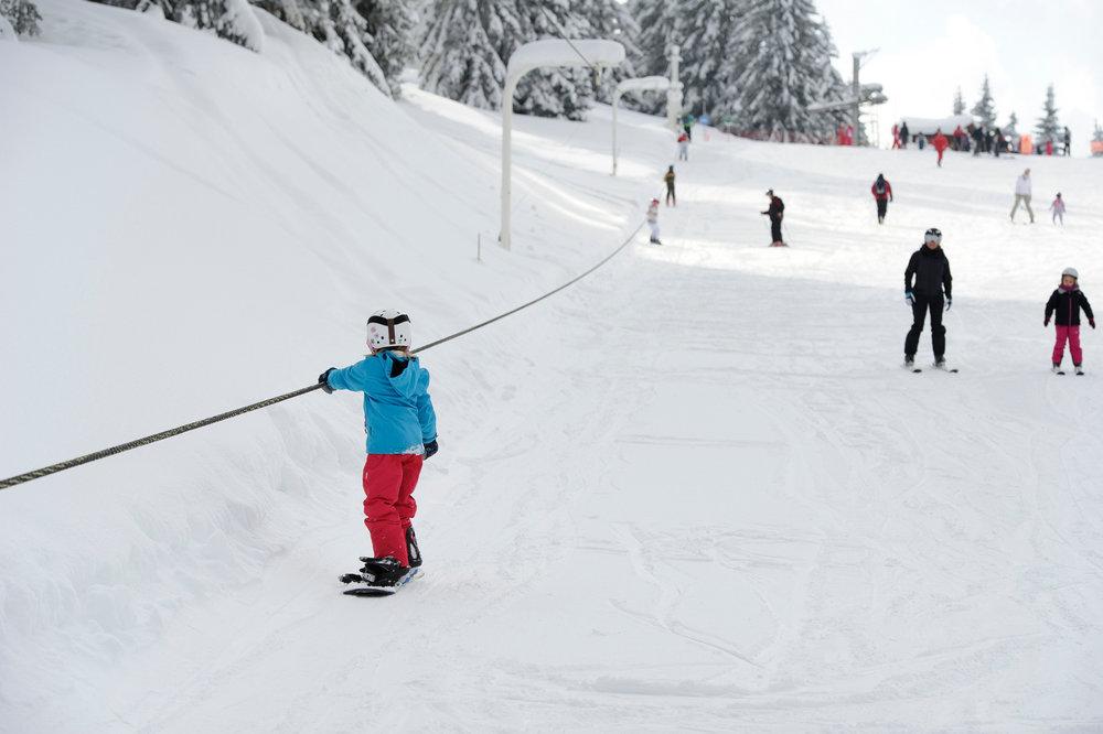 Quand on débute, le télécorde (ou le fil neige) permet d'acquérir l'équilibre aussi bien en ski qu'en snowboard.