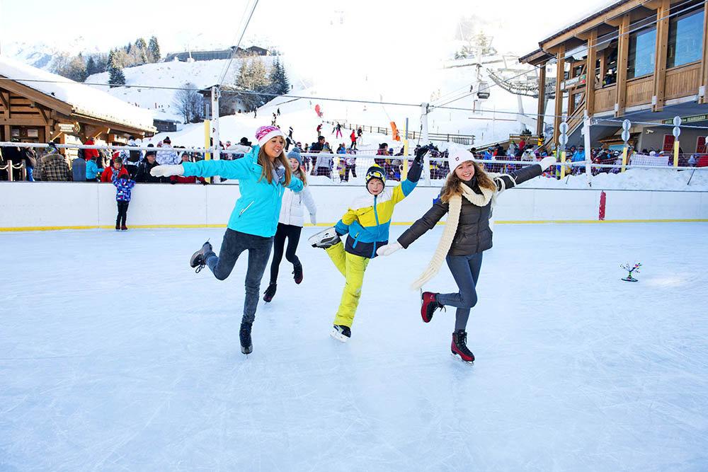 Activités ludiques sur la patinoire de la Clusaz - © P. Lebeau