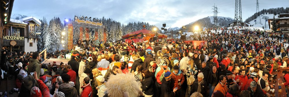Skiers gather outside the Mooserwirt in St. Anton am Arlberg, Austria - © St. Anton Tourism