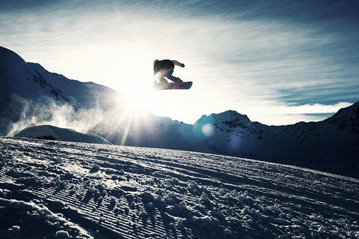 Snowpark Kaunertal: Frontside 360 über den Grad des Weissseeferners - © Stefan Drexl