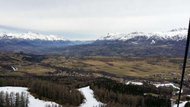 vue du télésiège. de la neige que sur les pistes avec des canons .