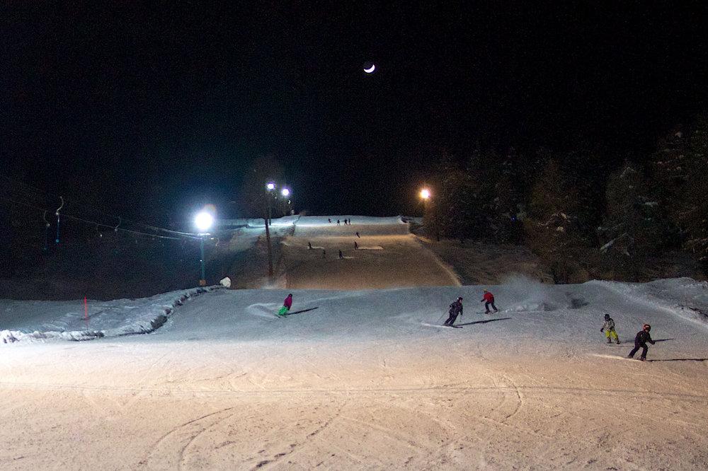 Afin de vous permettre de prolonger le plaisir de la glisse, Thyon propose du ski nocturne sur pistes éclairées. - © Thyon-Région Tourisme